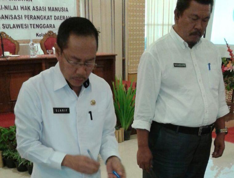 Sekda konsel H. Syarif Sajang saat mengahadiri dan menandatangani MoU kegiatan Ranhan Kemenkumham di Kolaka. FOTO : HUMAS KONSEL