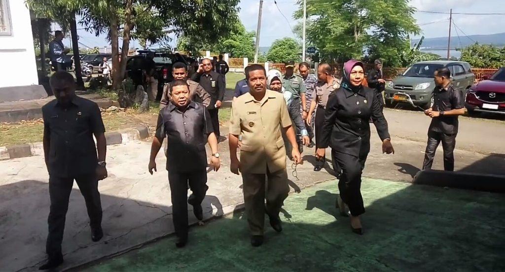 Pj Walikota Jalan Kaki Hadiri Paripurna DPRD Baubau