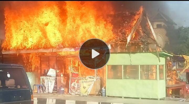 Dua Unit Bekas Stand Pameran Kejati dan Dinkes Sultra Terbakar
