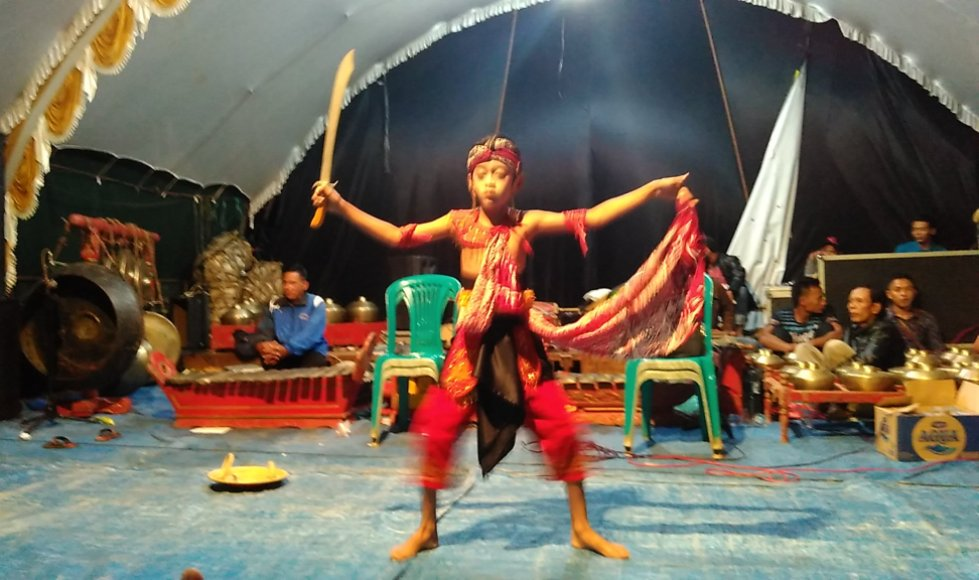 Pentas seni dan tari yang disajikan oleh warga tempur usai menggelar kirab sedekah hasil bumi. FOTO : DSW