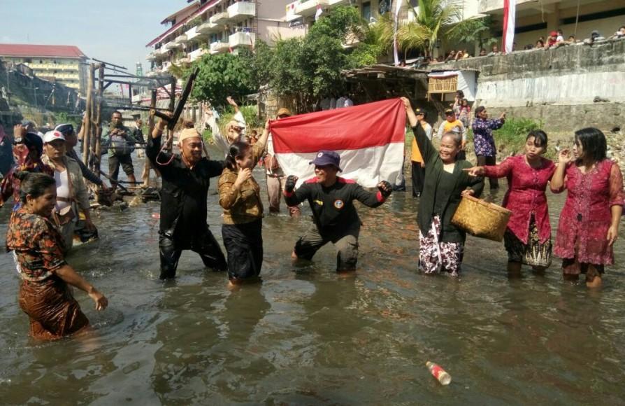 Warga bantaran Kali Code selain menggelar upacara bendera di tengah Sungai, juga menghadirkan hiburan berupa teatrikal peristiwa yang dikenal dengan Pertempuran Kotabaru 7 Oktober 1945. FOTO : NADHIR ATTAMIMI