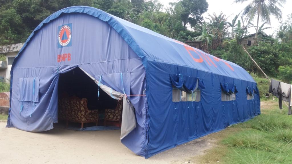 Tenda pengungsian bagi korban bencana tanah longsor di sampara masih di huni korban. FOTO ; ANDRI
