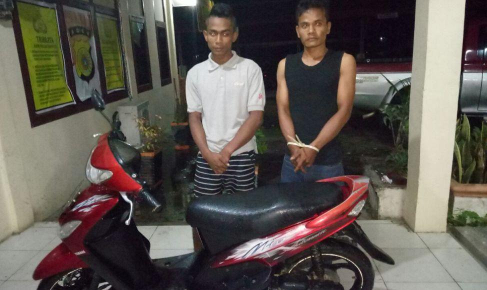 Dua dari enam tersangka yang di bekuk aparat kepolisian resort Langsa usai melakukan pencurian di rumah kosong di saat pemilik rumah saat mudik lebaran. FOTO : ROBY SINAGA
