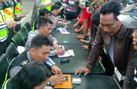 Pelanggar lalu lintas di wilayah hukum Probolinggo saat dilakukan penilangan oleh jajaran Satlantas polres Probolinggo. FOTO : ASL