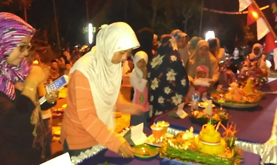 Warga RT. 05/03 Langon Tahunan Jepara Jawa Tengah mengadakan malam tirakatan sekaligus mendoakan arwah pahlawan yang telah gugur. FOTO : DSW