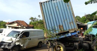 Tak Kuat Menanjak, Truk Kontainer Seruduk Mini Bus