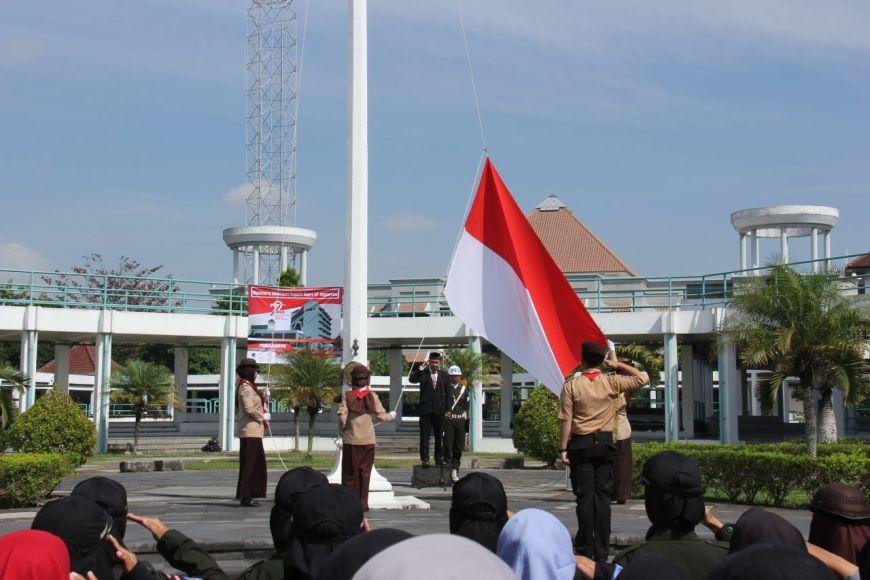 Pengibaran Bendera merah putih di halaman kampus Universitas Muhammadiyah Yogyakarta (UMY). FOTO : NADHIR ATTAMIMI