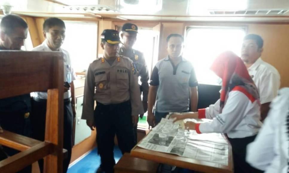 Kapolres Muna AKBP Agung Ramos Paretongan Sinaga saat memantau pelaksanaan tes urine bagi sopir dan kapten kapal. FOTO : LA ODE AWALUDDIN