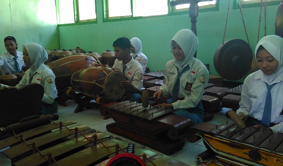 SMK N 1 Batealit kemudian memberi wadah bagi para siswanya untuk belajar seni tradisional melalui ekstrakulikuler karawitan. FOTO : DSW