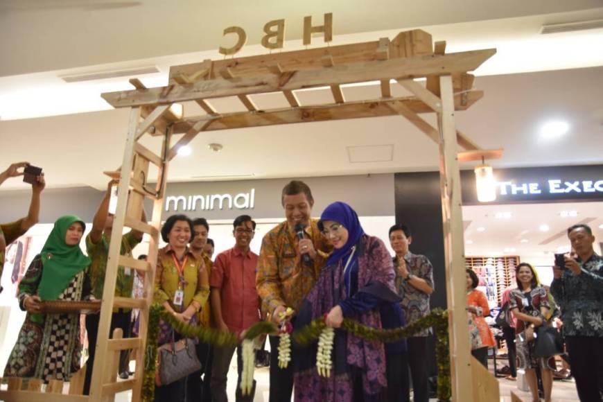 Pembukaan pameran hasil produk para Wirausaha Muda, yang digelar di Galeria Mall Yogyakarta, FOTO : NADHIR ATTAMIMI