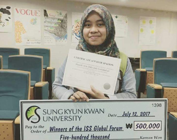 Mahasiswi UGM asal kabupaten Muna Waode Siti Latifatul Malik atau biasa dipanggil Wa Tifa berhasil menjadi juara di ajang lomba internasional Global Forum di Sungkyunkwan University Korea Tahun 2017 . FOTO : LA ODE AWALUDDIN