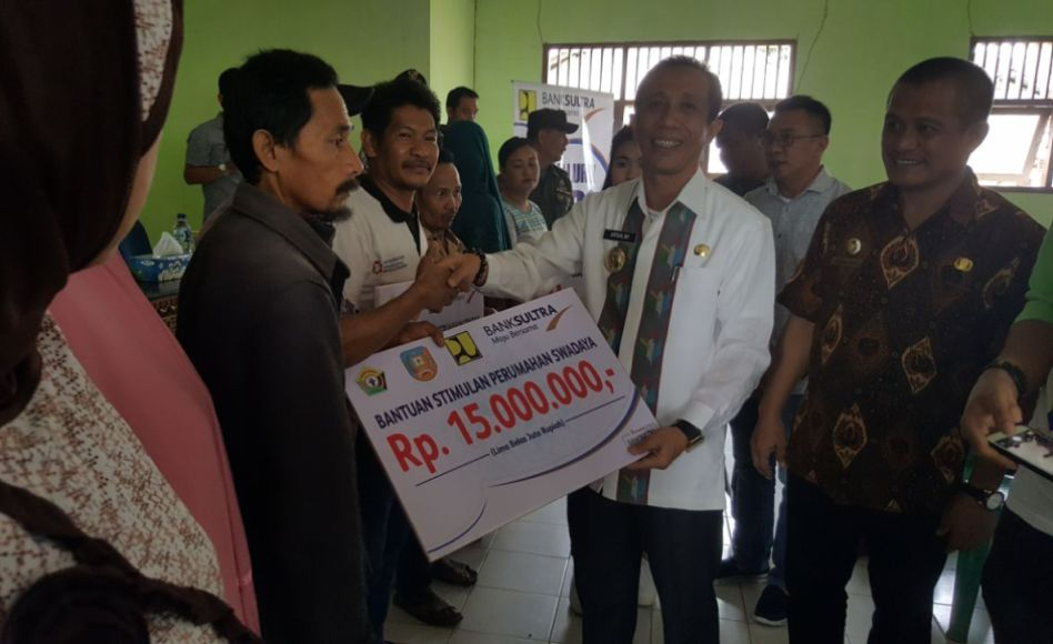 Wakil Bupati Konsel DR H Arsalim Arifin, SE M. Si Saat Menyerahkan Bantuan BSPS Warga Secara Simbolis Di Kecamatan Ranomeeto. Jum'at (21/7/2017). FOTO : MAHIDIN