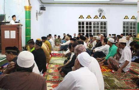 Wakil Bupati Konsel DR H Arsalim Arifin, SE, M. Si Saat Memberikan Ceramah Agama Tadi Malam Di Masjid Raya Kelurahan Ngapaaha, Kecamatan Tinanggea. FOTO : MAHIDIN
