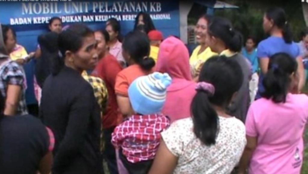 Ibu-ibu Ini Serbu Mobil Dinas Pemerintah Berlabel Gratis