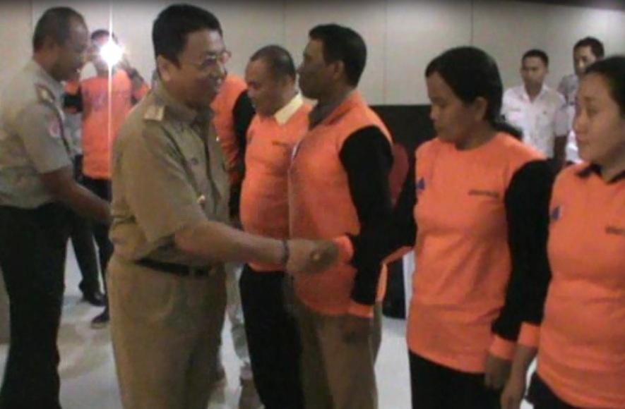 Sekda Kota Kendari H. Alamsyan Lotunani saat memberikan ucapan selamat kepada warga yang mengikuti sosialisasi tanggap darurat bencana. FOTO : FEBRI