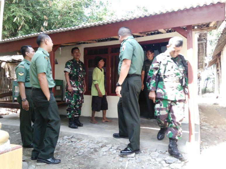 Tim pengawas dan Evaluasi dari kodam Brawijaya saat melakukan pengecekan rumah RTLH yang dilaksanakan jajaran Kodim Probolinggo. FOTO : ASL