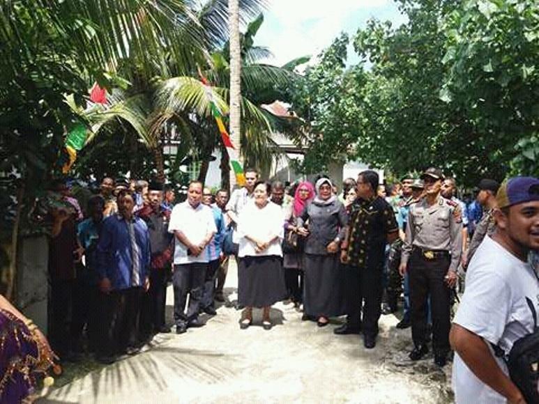 Bupati Arhawi dan Wakil Bupati Ilmiati Daud saat mendampingi Ketua Watimpres RI Prof Sri Adiningsih dalam kunjungannya di Kabupaten Wakatobi. FOTO : ADY