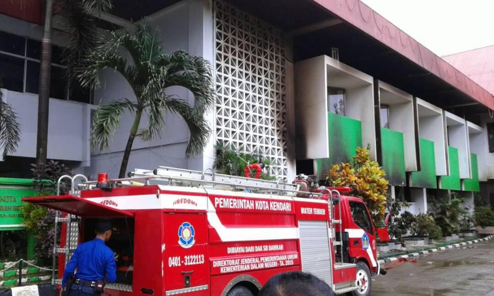 gedung Kantor Walikota kendari yang terbakar beberapa waktu lalu belum dapat di gunakan hingga saat ini. FOTO : FA