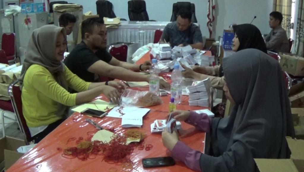 Surat Suara Pilbup Kolaka dan Pilgub Sultra Mulai di Distribusi ke PPK Kecamatan