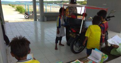 Inspiratif Bhabinkamtibmas Polsek Kadatua Polres Baubau, Beri i-School Anak Nelayan
