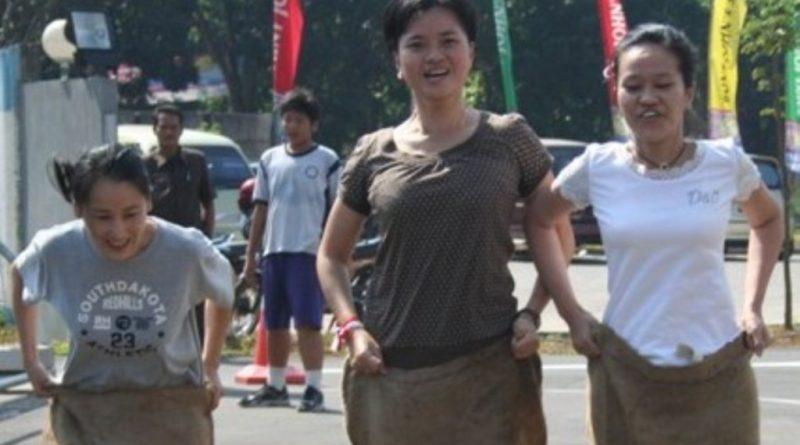 Ibu-ibu di Kolaka Meriahkan HUT RI ke 73 Dengan Balapan