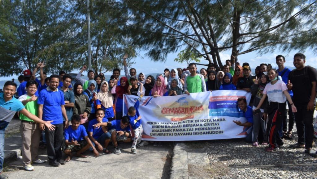 1,8 Ton Sampah Plastik di Pantai Kotamara