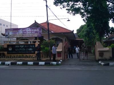 Sejumlah warga yang menyambangi Kantor KPU Jepara untuk mempertanyakan keaslian ijzah Paslon Bupati dan wakil Bupati terpilih. FOTO : DSW
