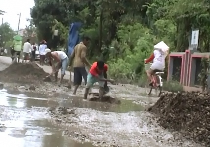 Kondisi jalan di Brebes jawa tengah mengalami rusak berat akibat pembangunan Ply Over. FOTO : RAKHMAWATI