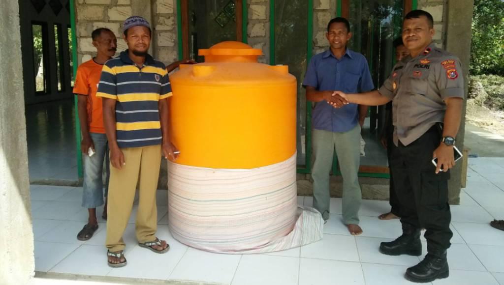 Polsek Bonegunu Serahkan Bantuan Tower Air di Masjid Desa Taatombuli