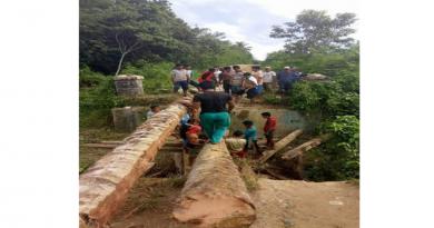 Warga Desa Marga Karya Bangun Jembatan Darurat