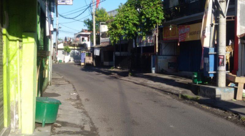 Seluruh Jalan-Jalan di Bali sama sekali tidak ada kendaraan yang melintas untuk menghormati Hari Raya Nyepi. Termasuk Pelabuhan dan Bandara pun tidak beroperasional selama 24 Jam