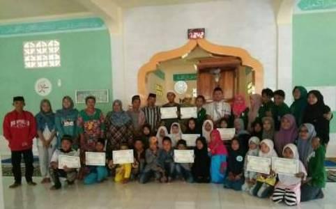 peserta KKN UIN foto bersama dengan peserta lomba anak sholeh. FOTO ; SYAMSUDDIN