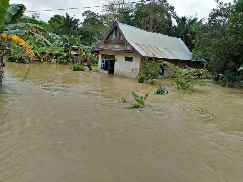 Salah satu rumah warga di Desa Anese kecamatan ndoolo Barat yang terrendam banjir. FOTO : MAHIDIN
