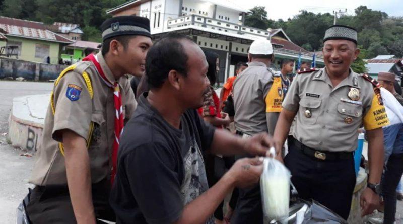 Polsek Sangai Salurkan Ratusan Takjil Gratis
