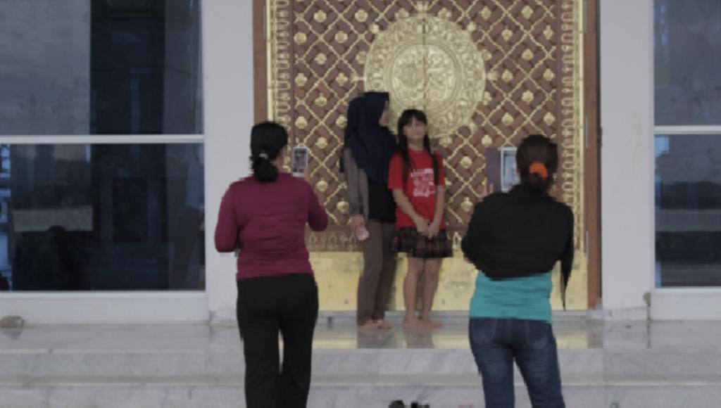 Semakin senja suasana semakin ramai, karena jamaah masjid yang bersiap shalat magrib mulai berdatangan. Lantunan shalawat dari dalam masjid, menandakan waktu berbuka puasa semakin dekat