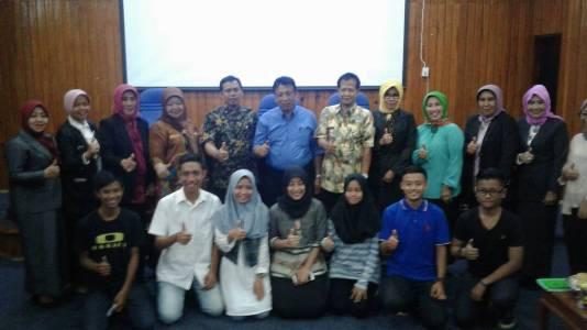 Sekda Kota Kendari Dr Alamsyah Lotunani, Sri Yastin Asrun Kadis Pemberdayaan Perempuan Ibu dan Anak, serta kepala tim Verifikasi saat berada di ruang Pola Kantor Walikota. FOTO : FA