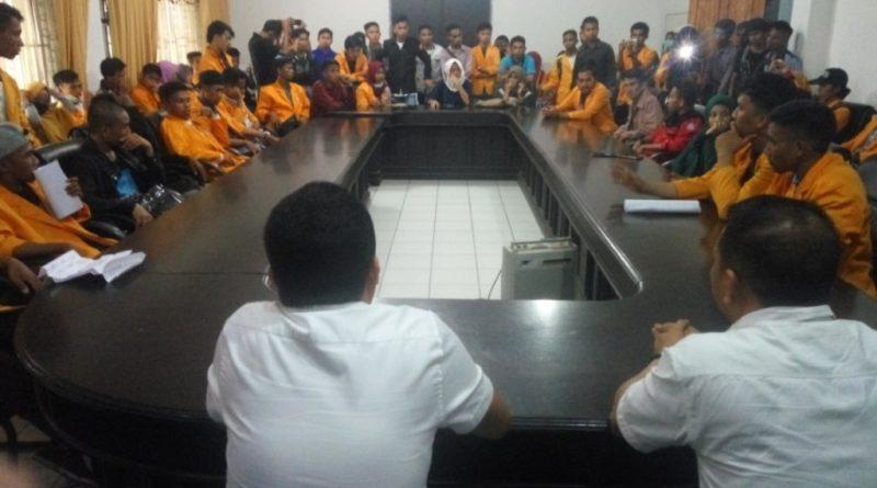 Demo tersebut dilakukan dalam rangka peringatan Hari Pendidikan Nasional (Hardiknas) 2018. mahasiswa kemudian diterima staf sekretariat DPRD Sultra, sebab anggota komisi yang menangani permasalahan pendidikan sedang keluar daerah